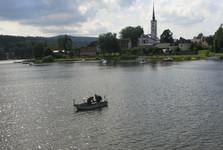 Frymburk s kostelem v centru